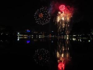 Clip: Bầu trời Thủ đô lung linh pháo hoa chào đón năm mới