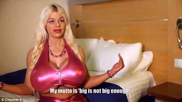 Người mẫu có vòng 1 khổng lồ vì tiêm nước muối vào ngực - 2