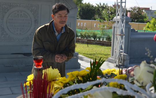 Viếng mộ ông Nguyễn Bá Thanh ngày Tết - 1