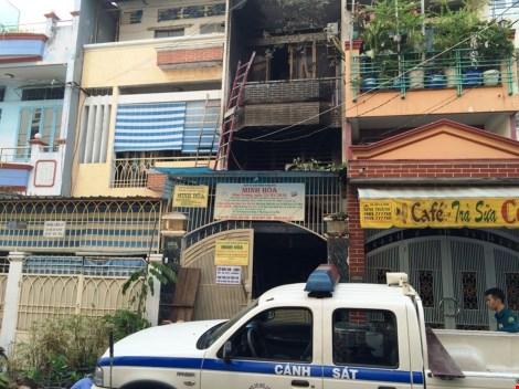 Bà cụ 70 tuổi kêu cứu trong căn nhà cháy - 2