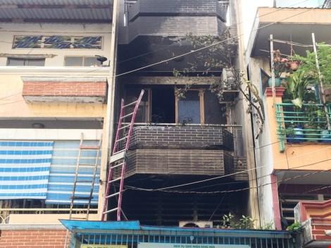 Bà cụ 70 tuổi kêu cứu trong căn nhà cháy - 5