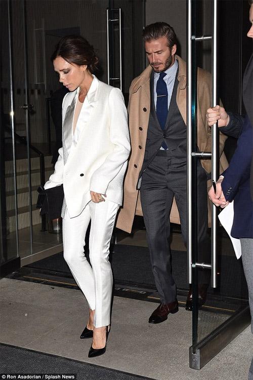 Vợ chồng Beckham tay trong tay thắm thiết trên phố - 1