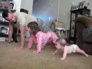 Clip: Bố bắt chước bé chống đẩy siêu dễ thương