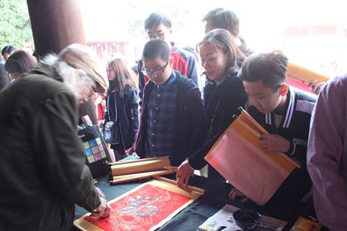 Học sinh đổ về Văn Miếu xin chữ cầu may đầu năm - 3