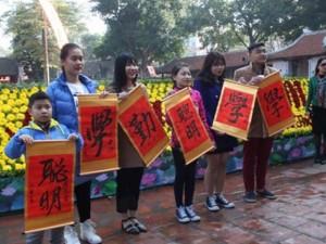 Học sinh đổ về Văn Miếu xin chữ cầu may đầu năm