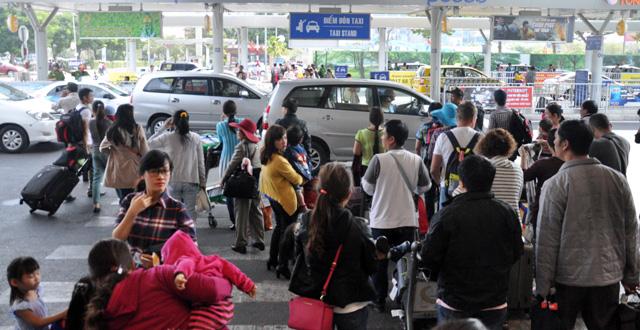 Hết 3 ngày Tết, người dân ùn ùn trở lại Sài Gòn - 4