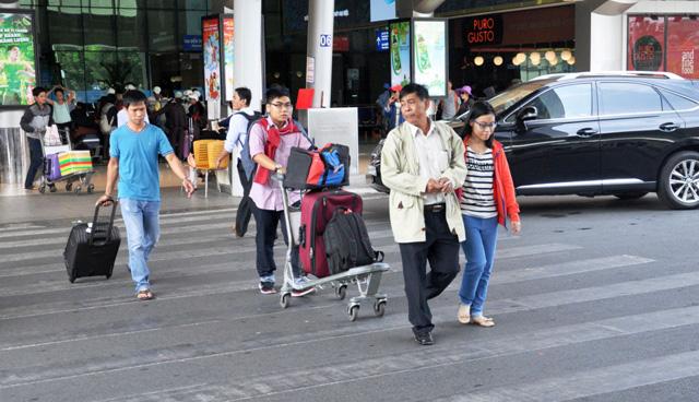 Hết 3 ngày Tết, người dân ùn ùn trở lại Sài Gòn - 6