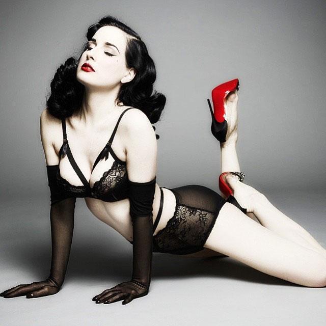 Mặc nội y Valentine sexy như 'nữ hoàng thoát y' - 2