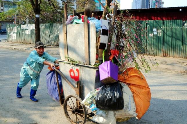 Sau Tết, rác đào, quất tràn ngập phố phường Hà Nội - 12