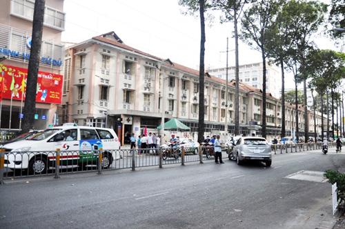 TPHCM: Ô tô rụng bánh trước cổng Bệnh viện Từ Dũ - 1
