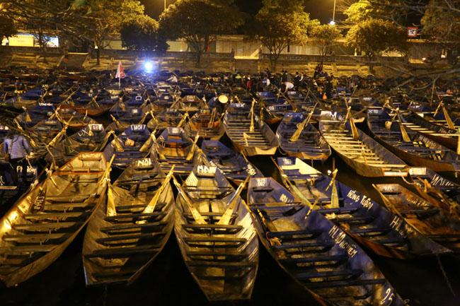 Các cụ già leo núi suốt đêm để lễ hội chùa Hương - 1