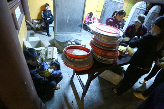 Các cụ già leo núi suốt đêm để lễ hội chùa Hương - 10