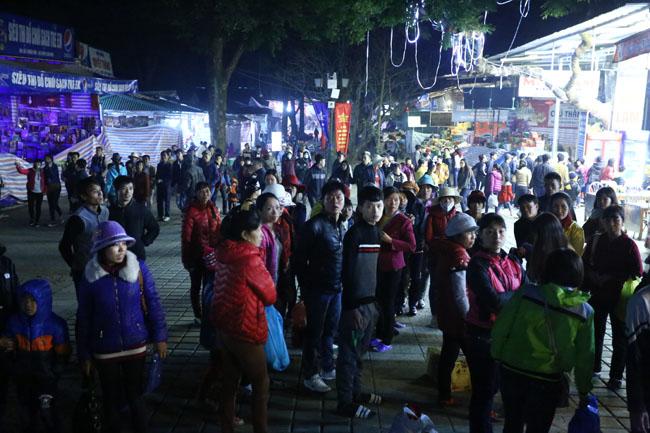 Các cụ già leo núi suốt đêm để lễ hội chùa Hương - 12