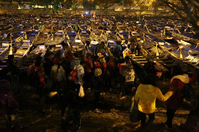 Các cụ già leo núi suốt đêm để lễ hội chùa Hương - 2