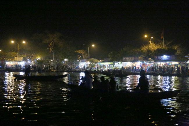 Các cụ già leo núi suốt đêm để lễ hội chùa Hương - 4