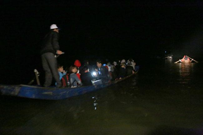 Các cụ già leo núi suốt đêm để lễ hội chùa Hương - 5