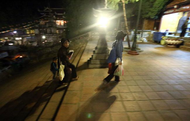 Các cụ già leo núi suốt đêm để lễ hội chùa Hương - 6