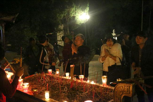 Các cụ già leo núi suốt đêm để lễ hội chùa Hương - 7
