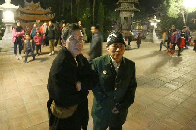 Các cụ già leo núi suốt đêm để lễ hội chùa Hương - 8