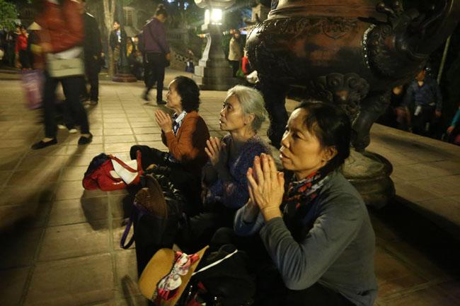 Các cụ già leo núi suốt đêm để lễ hội chùa Hương - 9