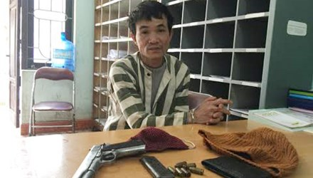 Dùng súng đe dọa để cướp tài sản của người đi xe máy - 1