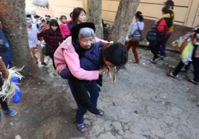 Xúc động con dâu cõng mẹ chồng đi lễ chùa Hương - 1