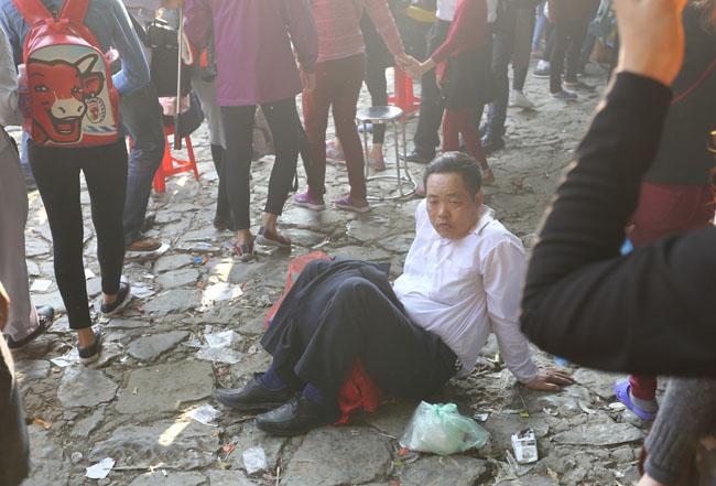 Xúc động con dâu cõng mẹ chồng đi lễ chùa Hương - 12