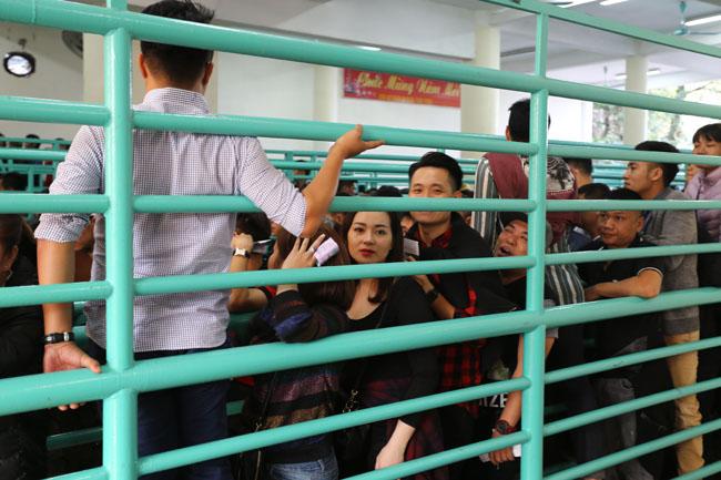 Xúc động con dâu cõng mẹ chồng đi lễ chùa Hương - 13