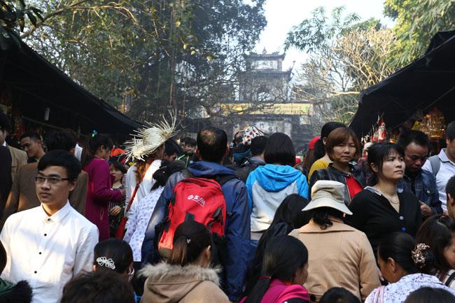 Xúc động con dâu cõng mẹ chồng đi lễ chùa Hương - 6