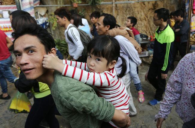 Xúc động con dâu cõng mẹ chồng đi lễ chùa Hương - 7