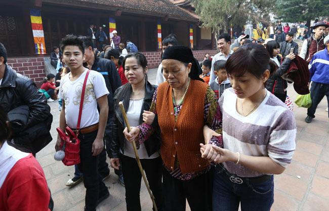 Xúc động con dâu cõng mẹ chồng đi lễ chùa Hương - 8
