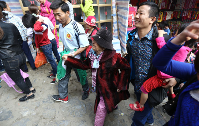 Xúc động con dâu cõng mẹ chồng đi lễ chùa Hương - 9