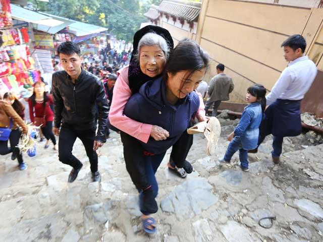 Xúc động con dâu cõng mẹ chồng đi lễ chùa Hương - 10