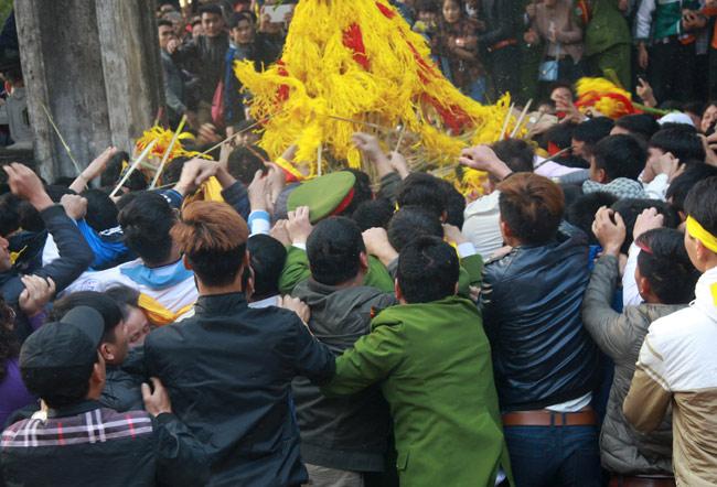 Cướp giò trầu cau đổ cả bát hương tại hội Gióng - 4