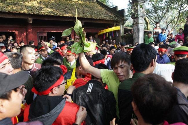 Cướp giò trầu cau đổ cả bát hương tại hội Gióng - 13