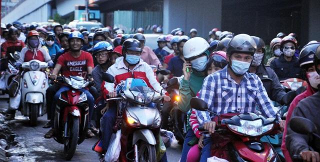 Kỳ lạ người dân ùn ùn đổ về TPHCM nhưng không tắc đường - 1