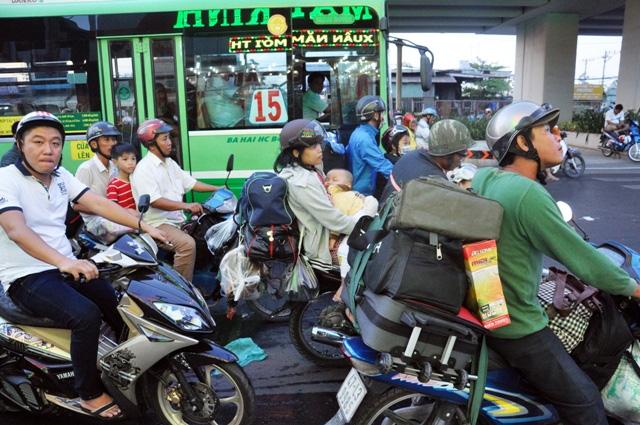 Kỳ lạ người dân ùn ùn đổ về TPHCM nhưng không tắc đường - 2