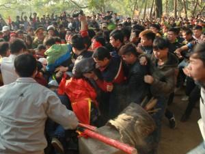 Tin tức trong ngày - Cướp giò trầu cau đổ cả bát hương tại hội Gióng