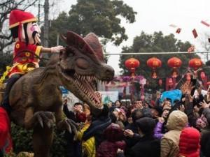 Thần Tài cưỡi khủng long ngày tết gây bất ngờ ở Trung Quốc