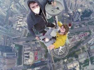 Video: 2 thanh niên Nga trèo tháp TQ cao 380m