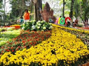 Ngày nghỉ cuối, người Sài Gòn đắm mình trong sắc hoa xuân