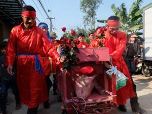 """Lễ hội chém lợn Ném Thượng: """"Ông ỉn"""" bị chém trong nhà kín"""