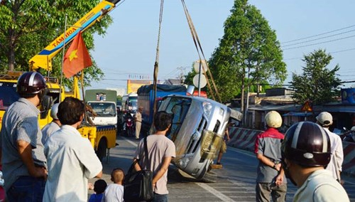 Leo dải phân cách, xe Inova hạ gục cột giao thông - 3