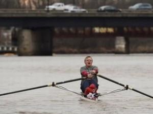 Tránh tắc đường, người đàn ông chèo thuyền trong... 15 năm