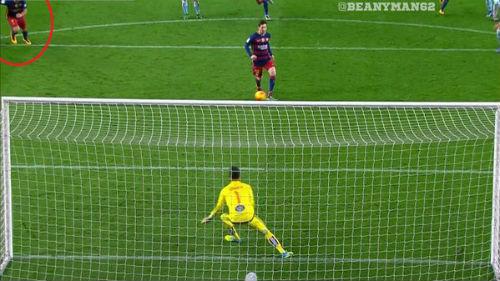 Tranh cãi: Bàn thắng 11m của Messi-Suarez đã phạm luật - 1
