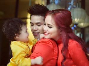 Con trai Diễm Hương diện áo dài cực đáng yêu bên bố mẹ