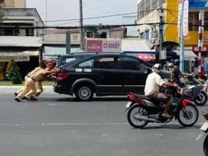 Tin tức trong ngày - Cảm động hình ảnh 3 CSGT đẩy ô tô giúp dân dưới nắng