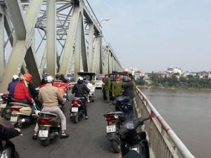 Tin tức trong ngày - HN: Nam thanh niên bỏ lại xe máy, nhảy cầu Chương Dương