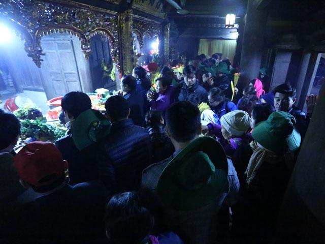 Hơn 6 vạn người đổ về Yên Tử, du khách phải xuống xe đi bộ - 1