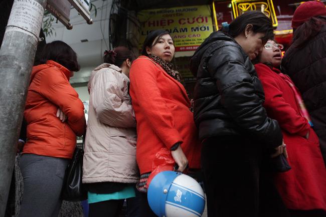 Người dân xếp hàng từ sáng sớm mua vàng cầu may - 3